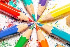 Lápices y virutas del color en el fondo blanco 8 Foto de archivo libre de regalías