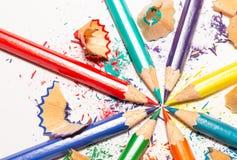 Lápices y virutas del color en el fondo blanco 7 Foto de archivo libre de regalías