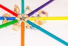 Lápices y virutas del color en el fondo blanco 10 Imagen de archivo libre de regalías