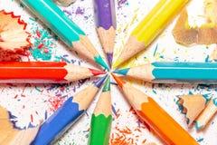 Lápices y virutas del color en el fondo blanco 9 Imagenes de archivo
