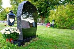 Lápida mortuaria con la reflexión foto de archivo