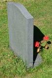 Lápida mortuaria con las flores Imágenes de archivo libres de regalías