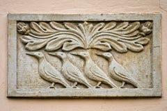 Lápida mortuaria con los pájaros. bajorrelieve Imagen de archivo libre de regalías