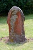 Lápida mortuaria cubierta en liquen rojo y amarillo Imagen de archivo libre de regalías
