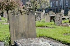 Lápida mortuaria en blanco con adorno con alas del ángel Fotografía de archivo libre de regalías