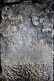 Lápida mortuaria resistida vieja con fecha de 1729 Fotografía de archivo