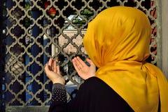Lápida mortuaria vieja islámica en un cementerio y mujeres Imagen de archivo libre de regalías