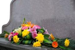 Lápida mortuaria y flor Fotografía de archivo libre de regalías