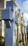 Lápida mortuoria de la cruz céltica delante de una capilla escocesa Imagen de archivo libre de regalías