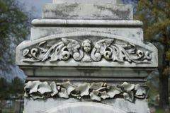 Lápida mortuoria tallada del monumento con ángel fotografía de archivo libre de regalías
