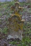 Lápida mortuoria vieja misma en un cementerio imagenes de archivo