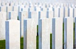 Lápidas mortuarias blancas en los campos de Flandes Foto de archivo libre de regalías