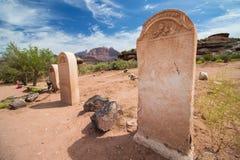 Lápidas mortuarias en blanco en el cementerio de un pueblo fantasma del desierto Fotografía de archivo libre de regalías