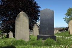 Lápidas mortuarias en blanco en cementerio Foto de archivo