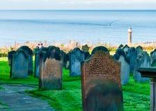 Lápidas mortuarias en Whitby Abbey en North Yorkshire, Reino Unido Imagen de archivo libre de regalías