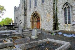 Lápidas mortuarias que alinean la entrada de la catedral de StMary, quintilla, Irlanda, octubre de 2014 Fotos de archivo libres de regalías