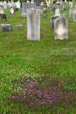 Lápidas mortuarias viejas en cementerio rural del campo fotografía de archivo libre de regalías