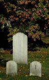 Lápidas mortuarias viejas en un cementerio. Fotos de archivo libres de regalías
