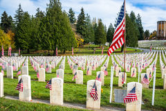 Lápidas mortuorias con las banderas americanas en Arlington de los veteranos del oeste Foto de archivo libre de regalías