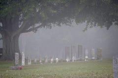 Lápidas mortuorias en la niebla Fotografía de archivo libre de regalías