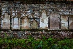 Lápidas mortuorias en la pared de ladrillo foto de archivo libre de regalías