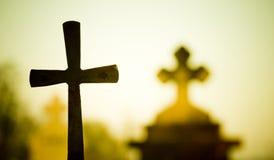 Lápidas mortuorias en la puesta del sol Foto de archivo libre de regalías
