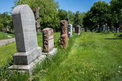 3 lápidas mortuorias en un cementerio Foto de archivo