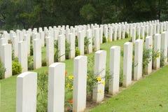 Lápidas mortuorias en un cementerio de la guerra Fotos de archivo libres de regalías