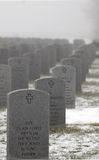 Lápidas mortuorias en un cementerio militar Fotografía de archivo libre de regalías