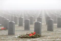 Lápidas mortuorias en un cementerio militar Imagenes de archivo
