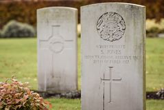 Lápidas mortuorias militares del cementerio Fotos de archivo libres de regalías