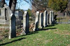Lápidas mortuorias viejas con la cerca Imagen de archivo libre de regalías