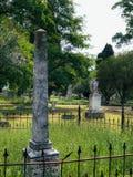 Lápide bloqueada obelisco do monumento no bosque Ceetery do carvalho fotografia de stock royalty free
