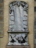Lápide com crânio, anjo, e ossos cruzados Foto de Stock Royalty Free