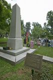 Lápide de Thomas Jefferson com reunião de Peter Jefferson Society no cemitério de Monticello, Charlottesville, VA fotos de stock