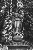 A lápide e as sepulturas no cemitério ajardinam, preto e branco Fotografia de Stock Royalty Free