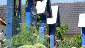 Lápides coloridas com mensagens espirituais e engraçadas em um cemitério da vila filme
