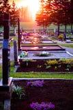 Lápides em um cemitério cristão Fotos de Stock