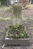 Lápides em um parque do cemitério fora Imagens de Stock Royalty Free