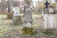 Lápides em um parque do cemitério fora Imagem de Stock Royalty Free