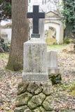 Lápides em um parque do cemitério fora Imagens de Stock