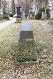 Lápides em um parque do cemitério fora Fotografia de Stock