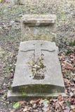 Lápides em um parque do cemitério fora Fotos de Stock Royalty Free