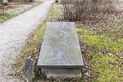 Lápides em um parque do cemitério fora Imagem de Stock