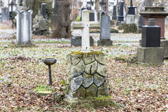 Lápides em um parque do cemitério fora Fotos de Stock