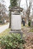 Lápides em um parque do cemitério fora Foto de Stock