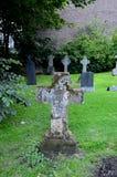 Lápides transversais em um cemitério fotos de stock royalty free