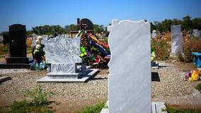Lápides no cemitério nacional com foco da mudança video estoque