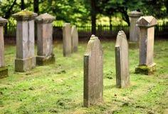 Lápides velhas, musgosos em um cemitério judaico Imagem de Stock