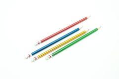 4 lápis afiados da cor fecham-se acima no fundo branco Fotografia de Stock Royalty Free